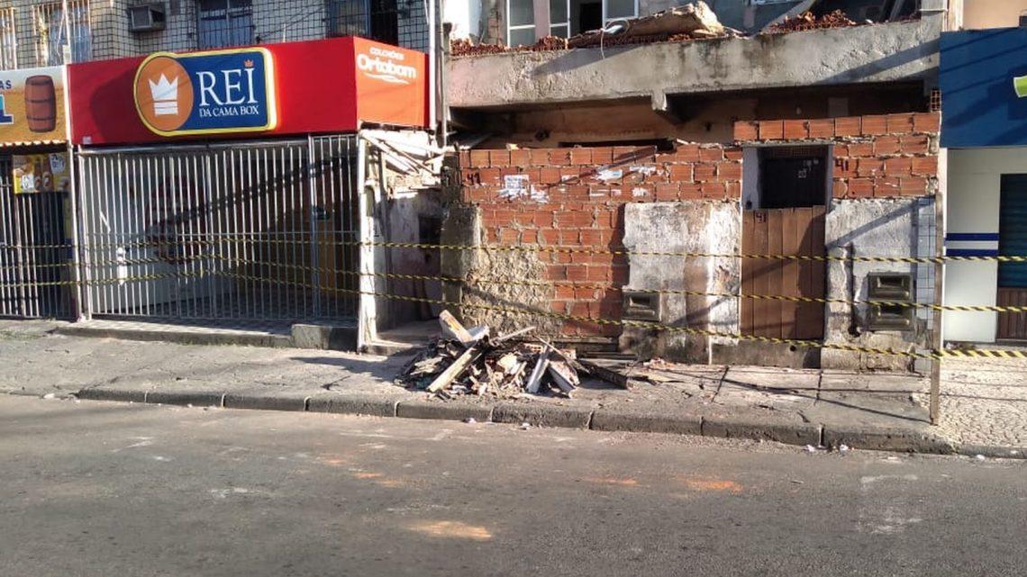 Varanda de imóvel desaba em rua principal da Boca do Rio