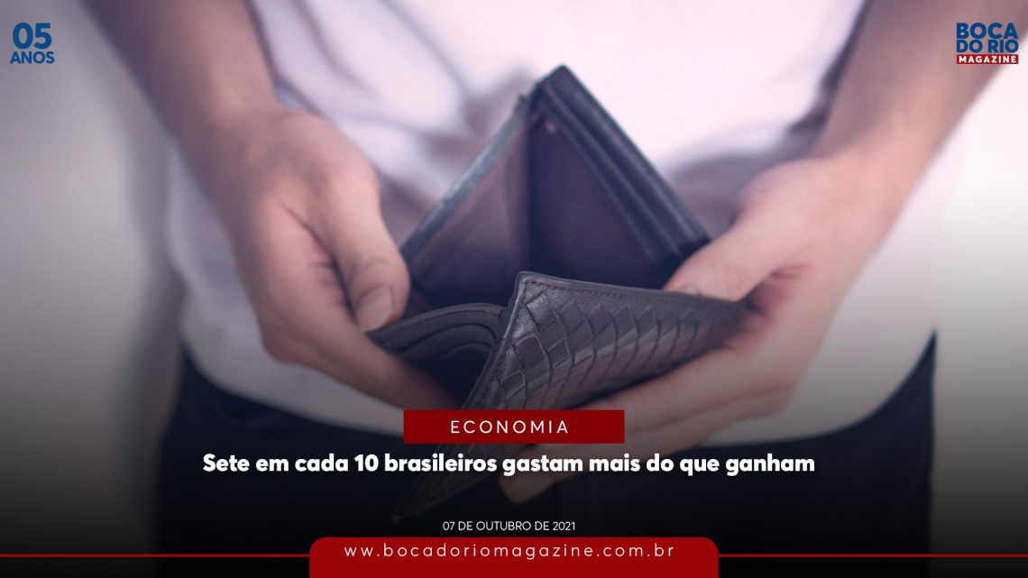 Sete em cada 10 brasileiros gastam mais do que ganham